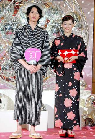 映画『ひみつのアッコちゃん』の完成披露セレモニーに出席した(左から)岡田将生、主演の綾瀬はるか (C)ORICON DD inc.