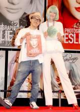 写真展『I,Tominaga 15th Anniversary』開催記念トークショーを行った冨永愛(右)とレスリー・キー (C)ORICON DD inc.
