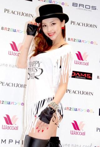 ファッションショーイベント『HAPPY 8pants2 DAY』にセクシーな下着姿で登場したICONIQ (C)ORICON DD inc.