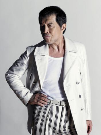 白いジャケットにストライプのパンツをはいた矢沢永吉の画像