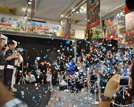発売の瞬間にはスライム型の紙吹雪が舞い上がり、会場からは温かい拍手が(SHIBUYA・TSUTAYAにて)(C)ORICON DD inc.