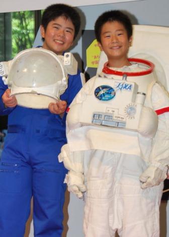 有人宇宙開発ヒストリー展 in 丸の内』オープニングプレス発表会で宇宙服姿を披露したまえだまえだ(左から)前田航基、旺志郎 (C)ORICON DD inc.