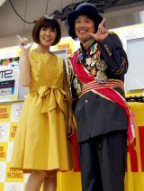 松本伊代(左)がエレキコミック・やついいちろう(右)のDJアルバム発売記念イベントにゲスト出演しノリノリ!