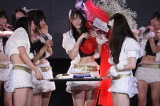 ファンからの新幹線をかたどったケーキを前に涙