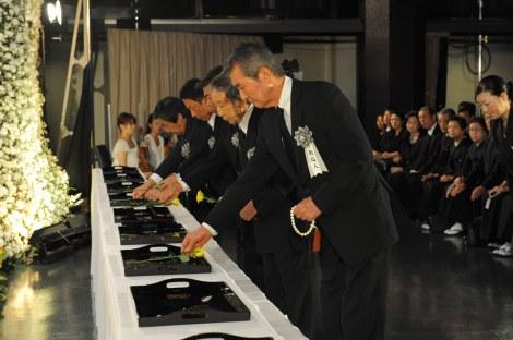祭壇に花を添える渡哲也ら参列者