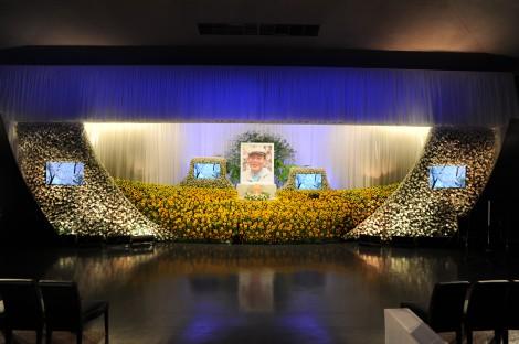 ひまわりに囲まれた地井武男さんの祭壇