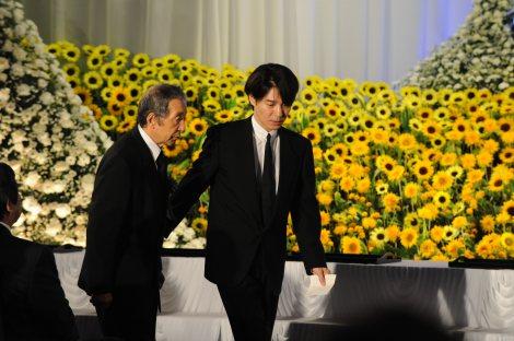 「地井武男さん お別れの会」に出席した(左から)田中邦衛、吉岡秀隆