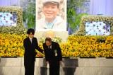俳優・地井武男さんのお別れの会にて、祭壇の前で挨拶をする田中邦衛(右)と吉岡秀隆