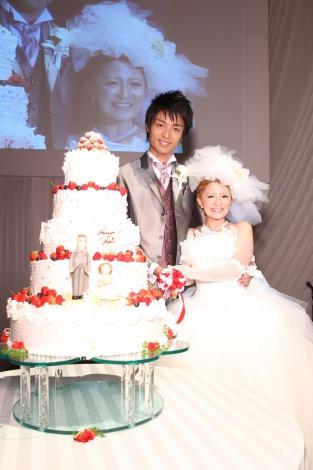 サムネイル 結婚披露宴でケーキカットを行った中村昌也&矢口真里
