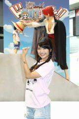 AKB48の北原里英はルフィたちと同じく左腕に×印を書いてご満悦(C)尾田栄一郎/集英社・フジテレビ・東映アニメーション