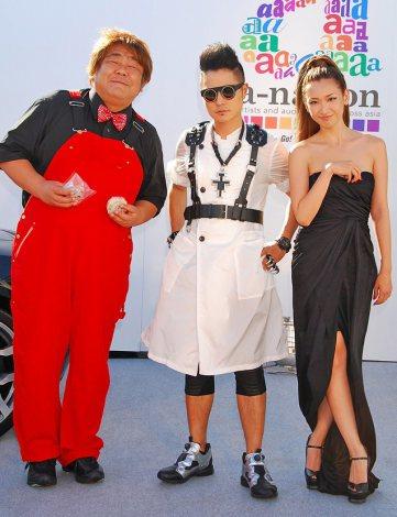 タウンフェス『a-nation musicweek』開催記念オープニングセレモニーに出席した(左から)石塚英彦、VERBAL、紗栄子 (C)ORICON DD inc.