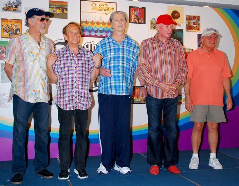 来日記者会見を行ったビーチ・ボーイズ(左からデヴィッド・マークス、アル・ジャーディン、ブライアン・ウィルソン、マイク・ラヴ、ブルース・ジョンストン) (C)ORICON DD inc.