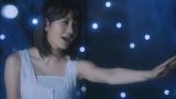 メンバーへのメッセージを歌う前田敦子(「夢の河」ミュージックビデオより)