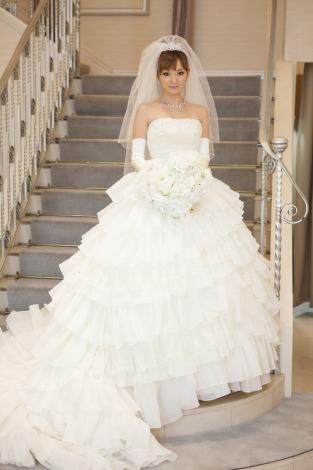 サムネイル ウエディングドレス姿で幸せいっぱいの藤川のぞみ