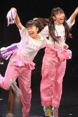ピンクのつなぎでダンス。この日を記念したタオルは全員に配られた