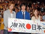 大勢の観客をバックに笑顔の3人(左から三浦翔平、伊藤英明、加藤あい) (C)ORICON DD inc.