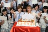 (写真手前、左から)本田翼、EXILE・AKIRA