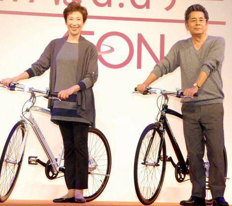 イオン『G.Gデー』記者発表会に出席した(左から)前田美波里と古谷一行