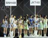 写真左:SNH48への移籍が決まった宮澤佐江(中央) 写真右:JKT48への移籍が決まった高城亜樹(中央) (写真:鈴木一なり)