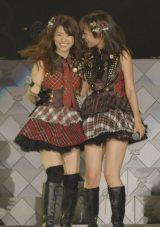 大島優子が卒業する前田敦子(右)に「大好き!」と笑顔(写真:鈴木一なり)