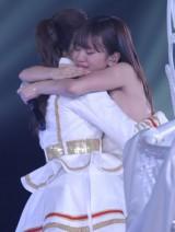 メンバーとハグする前田敦子=AKB48念願の東京ドーム3days最終日公演(写真:鈴木一なり)