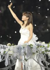 名残惜しそうにファンに手を振る前田敦子=AKB48念願の東京ドーム3days最終日公演(写真:鈴木一なり)