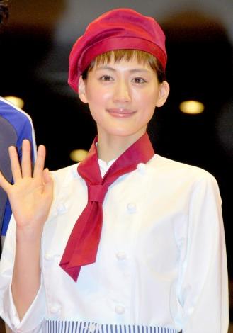 自身が憧れていたというパティシエのコスチュームで登場した綾瀬はるか=映画『ひみつのアッコちゃん』試写会前舞台あいさつ (C)ORICON DD inc.