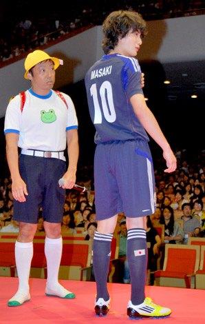 自身憧れのサッカー日本代表のユニフォーム姿で登場した岡田将生(右)=映画『ひみつのアッコちゃん』試写会前舞台あいさつ (C)ORICON DD inc.