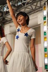 メンバー最年少、元気いっぱいの新井愛瞳。