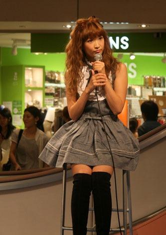サムネイル 福岡・天神イムズでトークイベントを行った紗栄子