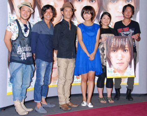 NHK連続テレビ小説『純と愛』第1週完成会見に出席した夏菜(右から3番目)とサプライズゲストのHY (C)ORICON DD inc.