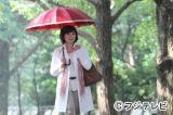 原作の表紙デザインにもなっている、久江(松下由樹)が赤い傘をさして歩く象徴的なカット。金曜プレステージ『ドルチェ』