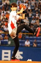 プロ野球「ヤクルト×巨人戦」で初の始球式に臨んだ剛力彩芽 (C)ORICON DD inc.