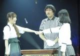 AKBの『第3回じゃんけん大会』で見事女王に輝いた島崎遥香(右)(撮影:鈴木かずなり)