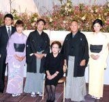 (左から)峰竜太、海老名美どり、二代目林家三平、海老名香葉子、林家正蔵、国分佐智子