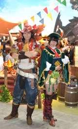 『東京ゲームショウ2012』のカプコン展示ブースは『モンハン4』で大盛り上がり! 『モンハン4』の看板娘とキャラバンの団長 (C)ORICON DD inc.