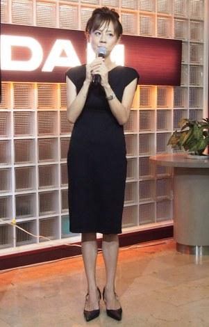 黒のドレスを着た高橋真麻