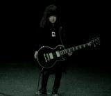 """""""BABYDOLL""""のテレビCMでギター演奏に挑戦した小林星蘭。"""