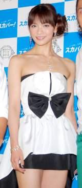 セクシードレスで登場したAKB48・秋元才加 (C)ORICON DD inc.