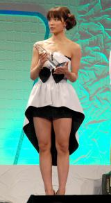 『スカパー!アワード2012』授賞式にセクシードレスで登場したAKB48・秋元才加 (C)ORICON DD inc.