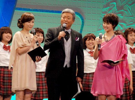 『スカパー!アワード2012』授賞式でMCを務めた(左から)杉崎美香、小倉智昭、剛力彩芽 (C)ORICON DD inc.