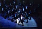 参考写真「Shining Rhythm!」中央でスポットライトを浴びているのが音月桂 (C)宝塚歌劇団