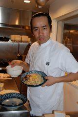 「支那そばや」店主・佐野実氏のものまねで厨房に立ったHEY!たくちゃん