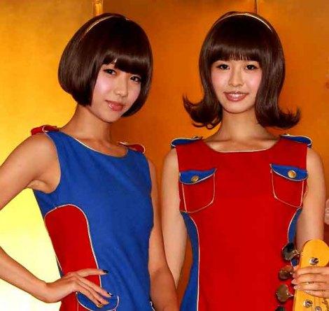 """""""緊急記者会見""""を開いたバニラビーンズ(左から)レナ、リサ (C)ORICON DD inc."""