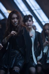 AKB48新曲「UZA」のミュージックビデオより(写真左から:大島優子、渡辺麻友)