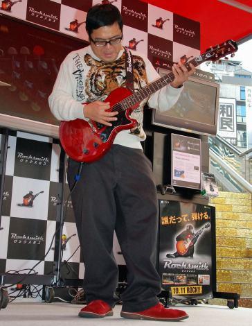 本物のギターに大苦戦するダイノジ大地洋輔=ギター練習ゲーム『ロックスミス』(UBIソフト)発売記念イベント (C)ORICON DD inc.