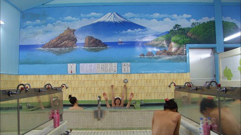 10月18日スタートのドラマ『ドクターX』の銭湯での入浴シーンで両手両足を大きく伸ばしてくつろぐ米倉涼子(C)テレビ朝日