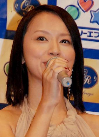 『スーパーコラボスイーツ2012』完成披露会に右手薬指に指輪を光らせ出席した鈴木亜美 (C)ORICON DD inc.