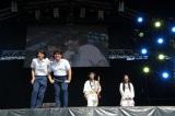 『TKF大祭り』2日目のオープニングコントでCOWCOW(手前)とネタを披露するナインティナイン(奥)