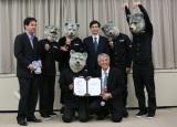 『コ・フェスタ2012』グランドセレモニー出演依頼書を手に大喜びのMAN WITH A MISSION